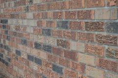 Backsteinmauer geangelt zur linken Seite Stockfotografie
