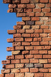 Backsteinmauer, Gefahr des Einsturzes Stockbilder