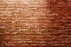 Backsteinmauer im Scheinwerfer Stockfotografie