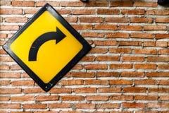 Backsteinmauer mit biegen Zeichen nach rechts ab lizenzfreie stockfotografie