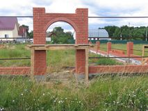 Backsteinmauer mit Bogen Lizenzfreie Stockfotos