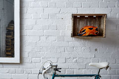 Backsteinmauer mit Dekoration im Studio Stockfotos