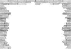 Backsteinmauer mit dem Loch lokalisiert auf weißem Hintergrund Stockfotografie