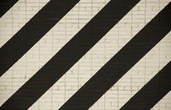 Backsteinmauer mit den weißen und schwarzen breiten diagonalen Linien Raue Oberfl?chen-Beschaffenheit lizenzfreies stockfoto