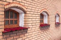 Backsteinmauer mit drei Fenstern in der Perspektive Lizenzfreies Stockfoto