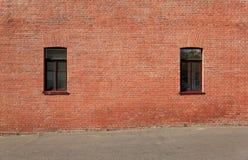 Backsteinmauer mit einem Fenster Stockbild