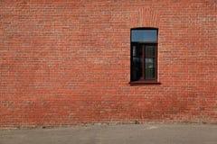 Backsteinmauer mit einem Fenster Lizenzfreies Stockfoto