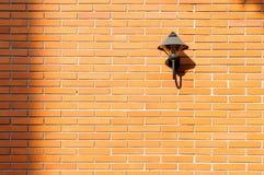 Backsteinmauer mit einem freien Raum der Lampe Stockbild