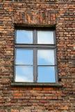 Backsteinmauer mit einem rechteckigen Fenster und die Reflexion des s Lizenzfreie Stockbilder