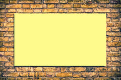 Backsteinmauer mit einer Anschlagtafel Lizenzfreies Stockbild
