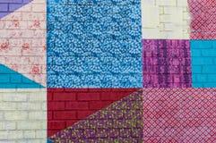 Backsteinmauer mit farbigen Flecken lizenzfreie stockfotografie