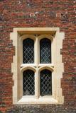 Backsteinmauer mit Fenster Stockbilder