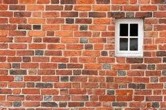 Backsteinmauer mit Fenster Lizenzfreie Stockfotos