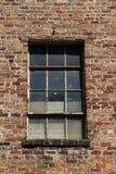Backsteinmauer mit Fenster Stockfoto