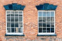 Backsteinmauer mit Fenster Stockfotos