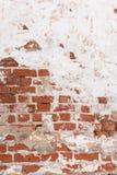 Backsteinmauer mit gebrochener Gipsbeschaffenheit Stockfoto