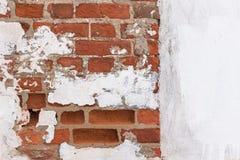 Backsteinmauer mit gebrochener Gipsbeschaffenheit Lizenzfreie Stockfotos