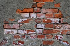 Backsteinmauer mit gebrochener Zementspannung Stockbild
