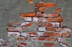 Backsteinmauer mit gebrochener Zementspannung Stockfotografie