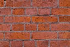 Backsteinmauer mit grauem Zementfugerot blockiert Schmutzhintergrund Stockfoto