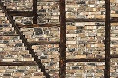 Backsteinmauer mit hölzernen Klammern Stockfoto