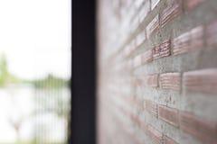 Backsteinmauer mit hellem Sun-Hintergrund und schiefer Ansicht Lizenzfreie Stockfotos