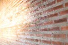 Backsteinmauer mit hellem Sun-Hintergrund und schiefer Ansicht Stockbild