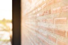 Backsteinmauer mit hellem Sun-Hintergrund und schiefer Ansicht Stockfotografie