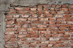 Backsteinmauer mit konkreter Grenze Stockfotos