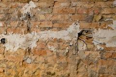 Backsteinmauer mit Löchern für Netzdosen und Kabel während einer Erneuerung stockbilder