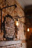 Backsteinmauer mit Lampen im außerordentlichen Café Lizenzfreies Stockbild