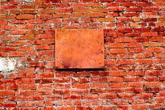 Backsteinmauer mit Platte Stockfotografie