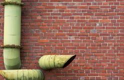 Backsteinmauer mit Rohren Lizenzfreies Stockbild
