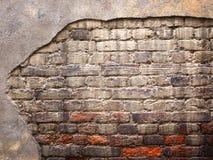 Backsteinmauer mit schädigendem Gips, alte Hintergrundbeschaffenheit Lizenzfreie Stockbilder