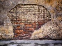 Backsteinmauer mit schädigendem Gips, alte Hintergrundbeschaffenheit Lizenzfreies Stockbild