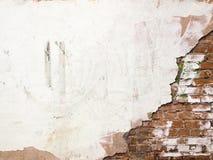 Backsteinmauer mit Schalengips, alter Hintergrund der Kittbeschaffenheit Stockbild