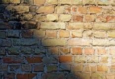 Backsteinmauer mit Schatten Lizenzfreie Stockbilder