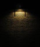 Backsteinmauer mit Scheinwerfer Stockbild