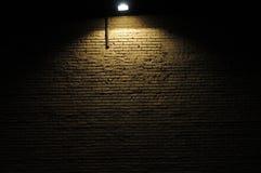 Backsteinmauer mit Scheinwerfer Lizenzfreie Stockbilder
