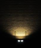 Backsteinmauer mit Scheinwerfer Lizenzfreies Stockbild