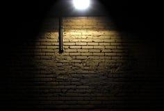 Backsteinmauer mit Scheinwerfer Stockfotografie