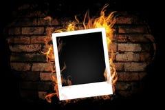 Backsteinmauer mit schwarzer Farbe. Stockfoto