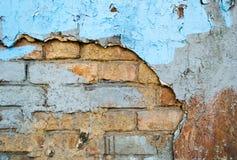 Backsteinmauer mit Sprüngen und einem alten Gips als Hintergrund Stockfoto