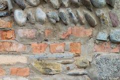 Backsteinmauer mit Steinen Lizenzfreie Stockfotografie