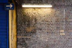 Backsteinmauer mit Streifen-Licht (1) Stockbilder