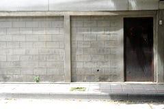 Backsteinmauer mit Tür Lizenzfreies Stockfoto
