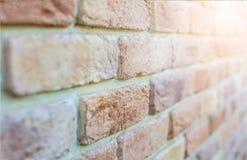 Backsteinmauer mit Tageslicht Stockfotos