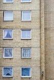 Backsteinmauer mit vielen Fenstern Stockbild