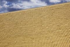 Backsteinmauer mit Wolken Stockfotos