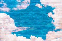 Backsteinmauer reflektieren sich vom Himmel, die Farbe, Retro- Stockbild